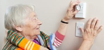 632x305_woman_adjusting_thermostat